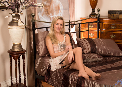 Skye Taylor - Welcome To Her Bedroom - MILF Image Gallery