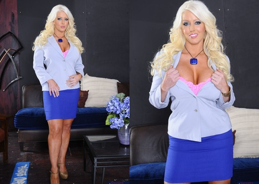 Older MILF Alura Jenson exposes her big boobs and butt wearing stockings № 1233232  скачать
