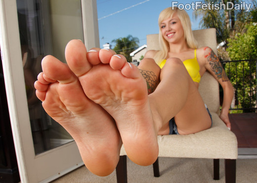 Alt Babe Emma Mae Tastes the Cock and Gives a Footjob - Hardcore Sexy Photo Gallery