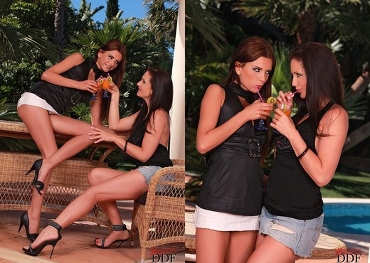Busty amateur Sandra Shine gets fingered and fisted by lesbian gf № 284317 без смс
