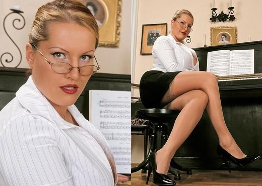 European milf Abbie Cat seduces busty Laura Orsolya in office № 1367966  скачать
