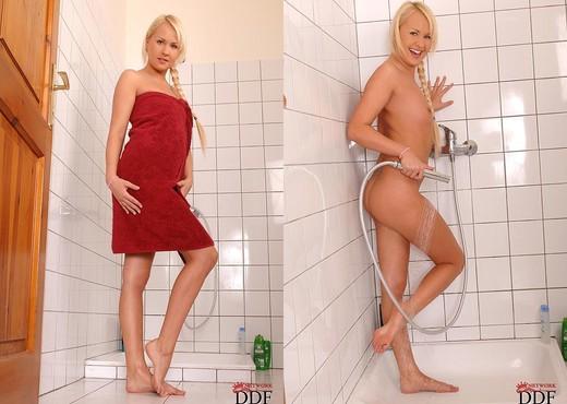 Amelie - Hot Legs and Feet - Feet Porn Gallery