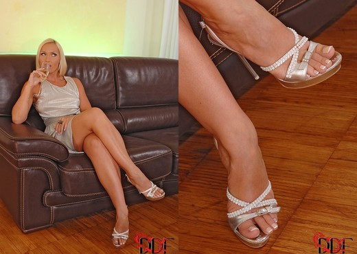 Kathia Nobili & Sophie Lynx - Feet Sexy Photo Gallery