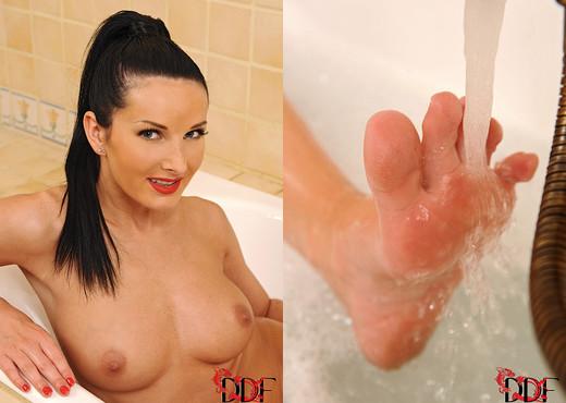 Vanessa Jordin - Hot Legs and Feet - Feet Nude Gallery