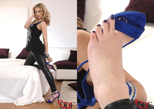 Sophia Knight - Hot Legs and Feet - Feet Picture Gallery