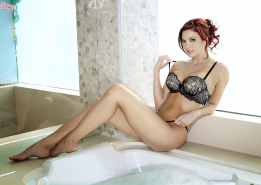Jayden Cole Gets Her Cunt Satisfied In The Tub - Solo Nude Pics