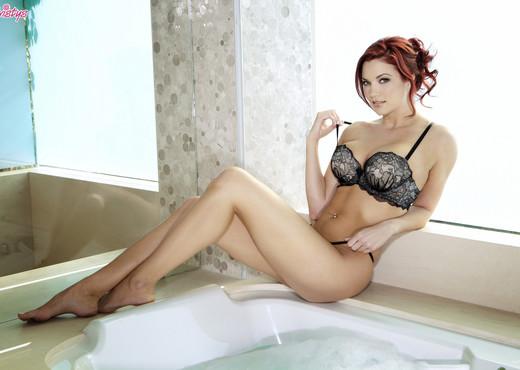 Jayden Cole Gets Her Cunt Satisfied In The Tub - Pornstars Nude Pics