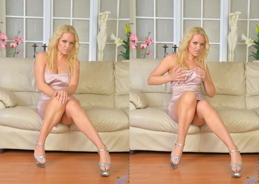 Frankie - Hot Busty Blonde - MILF TGP