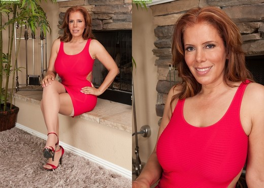 MILF Nicky Ferrari removes her blouse, displays huge tits and bald cunt № 528382 без смс