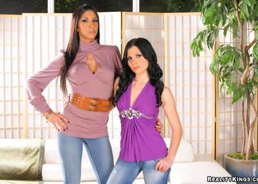 Kayla Carrera & Rebecca Linares - CFNM Secret - Hardcore TGP