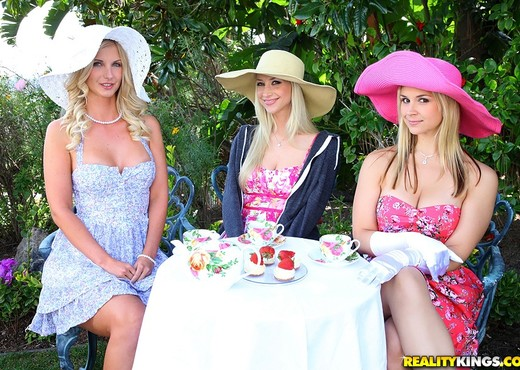 Natalie Nice, Sammie Rhodes, Sarah Vandella - Tea Time - Lesbian TGP