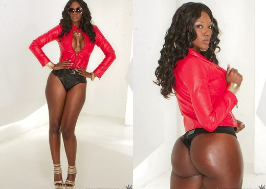 Nyomi Banxxx - Tons Of Tush - Round And Brown - Ebony Nude Gallery