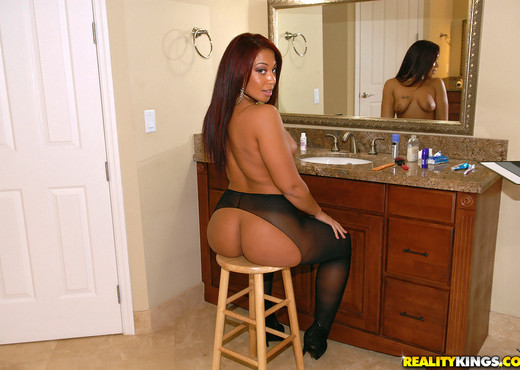 Kaylee Kisses - Happy Hose - Round And Brown - Ebony Sexy Photo Gallery