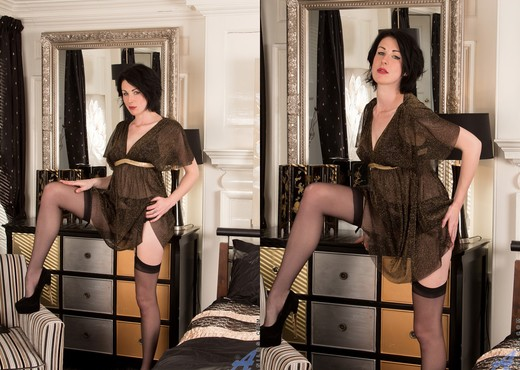 Victoria Ross - Fingering Herself - MILF Nude Pics