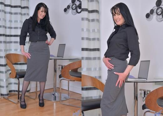 Tanya Cox - The Hot Secretary - MILF TGP