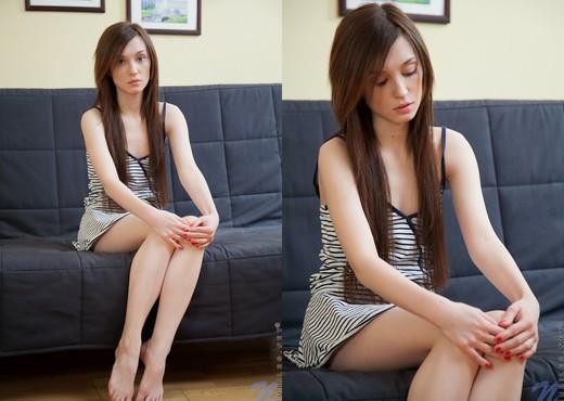 Julie Vee - Nubiles - Teen Solo - Teen Picture Gallery