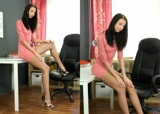 Close up hardcore anal sex features oiled cowgirl Leyla Peachbloom № 895682 бесплатно